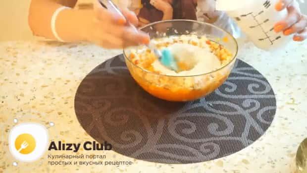 Для приготовления постного морковно яблочного пирога добавьте муку