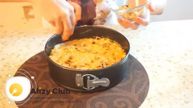Для приготовления постного морковно яблочного пирога посыпьте тесто орехами
