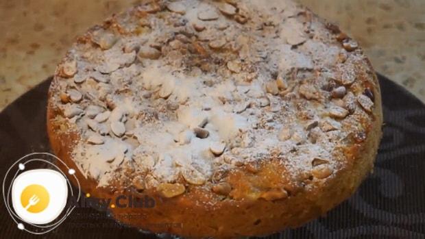 Посыпьте постный морковно яблочный пирог пудрой.
