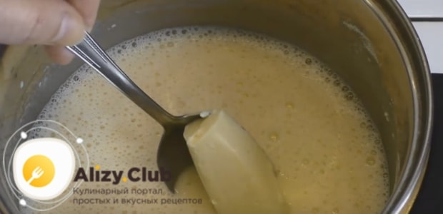 Смешиваем в сотейнике сахар, яичные желтки, молоко и муку
