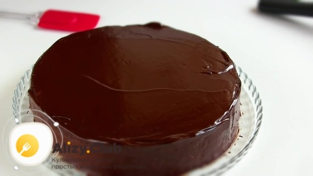 глазурью смазываем бока торта
