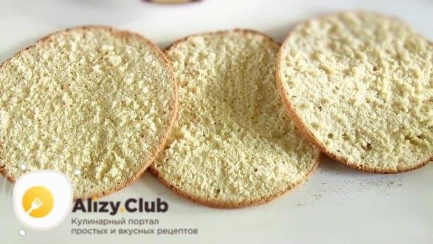 Остывший бисквит разрезаем на три коржа