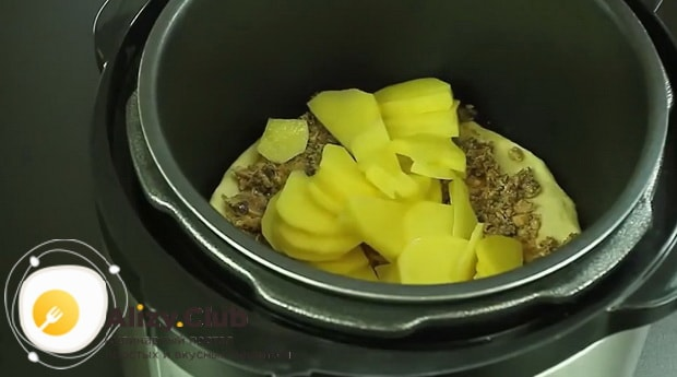 Выложите картофель на рыбу для приготовления пирог с рыбными консервами в мультиварке.