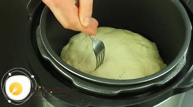 Сделайте проколы вилкой для приготовления пирог с рыбными консервами в мультиварке.