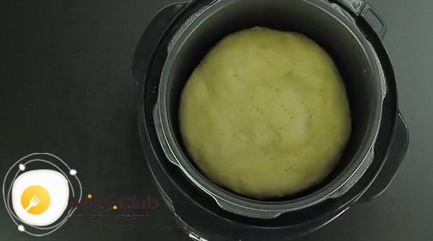Переверните выпечку для приготовления пирог с рыбными консервами в мультиварке.