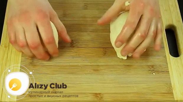 Разделите тесто на части для приготовления пирог с рыбными консервами в мультиварке.