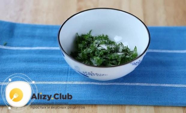 добавляем мелко нарезанную зелень и солим