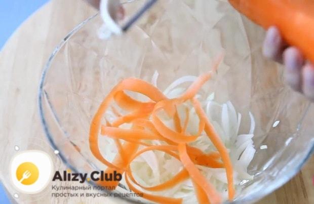 Нарезаем ножом для очистки овощей мелкими ленточками морковь