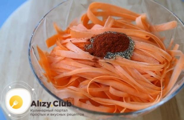 выкладываем в миску к луку с морковью наши специи