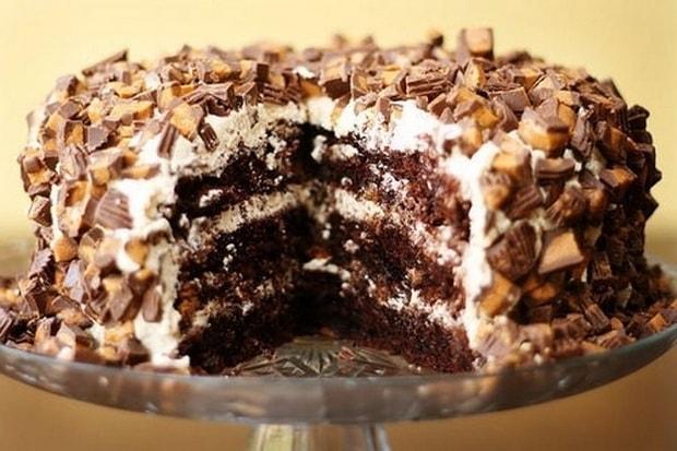 приготовьте торт сникерс с безе для родных.