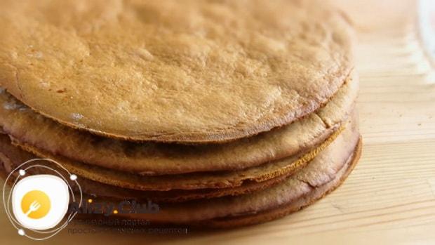 Для приготовления торта медовик со сгущенным молоком, выпеките коржи.