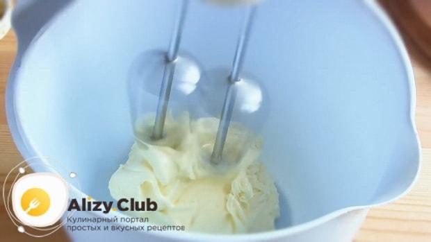 Для приготовления торта медовик со сгущенным молоком, взбейте масло для крема
