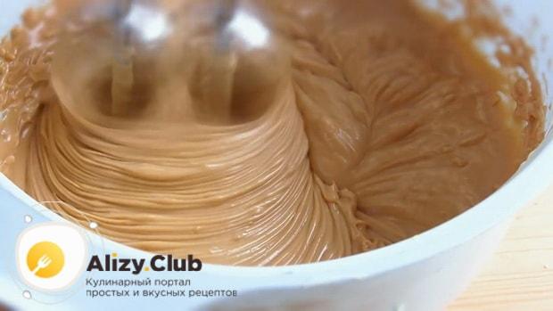 Для приготовления торта медовик со сгущенным молоком, взбейте крем.