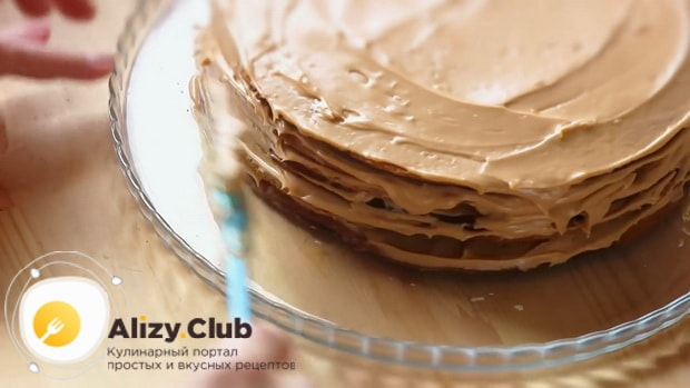 Для приготовления торта медовик со сгущенным молоком, промажьте коржи.