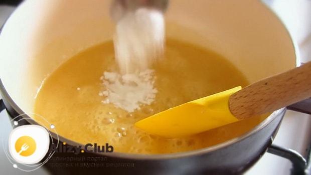 Смотрите как приготовить торт медовик с вареной сгущенкой. простой рецепт