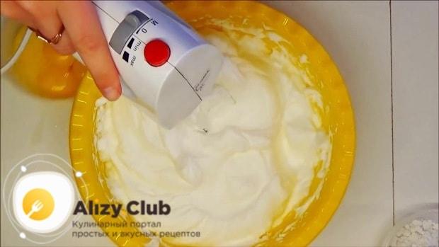 В белки добавляем соль и взбиваем миксером 5 минут, до устойчивой пены