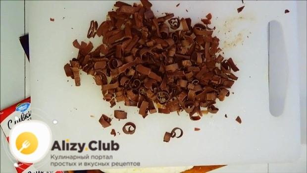 Из плитки молочного шоколада делаем лепестки