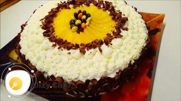 Шоколадными лепестками украшаем торт по бокам