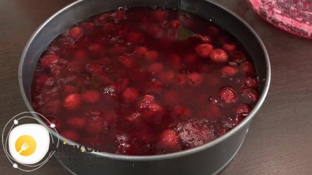 По рецепту для приготовления творожного торта залейте творог желатином.