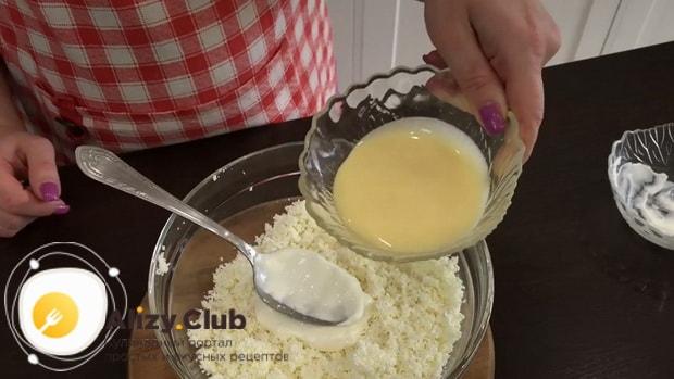 По рецепту для приготовления творожного торта, добавьте сгущенное молоко.
