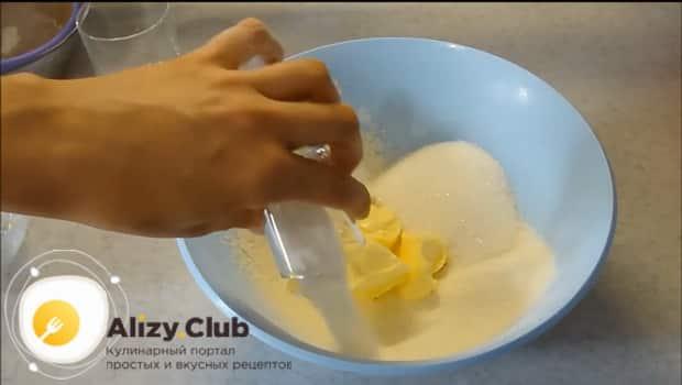 Добавьте сахар в муку для приготовления венгерской ватрушки