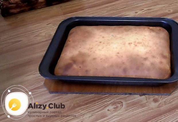 Вкусный наливной пирог с рыбными консервами готов.