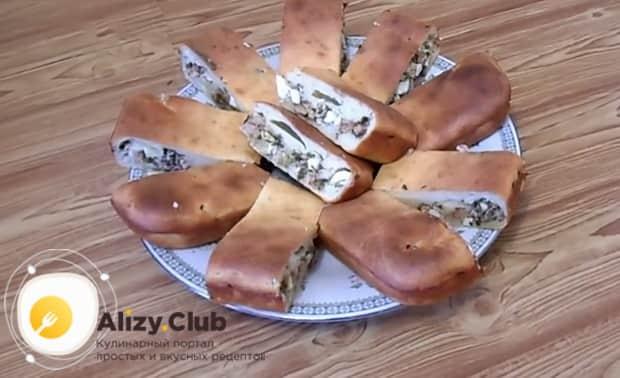 Заливной пирог с консервированной рыбой можно подавать на стол.