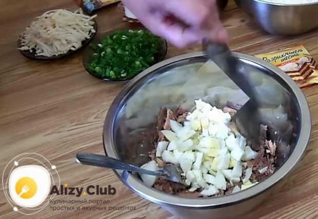 Перед тем как приготовить заливной пирог с рыбными консервами отварите яйца.