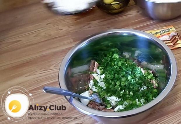 Перед тем как приготовить заливной пирог с рыбными консервами нарежьте лук.
