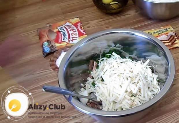 Перед тем как приготовить заливной пирог с рыбными консервами нарежьте сыр.