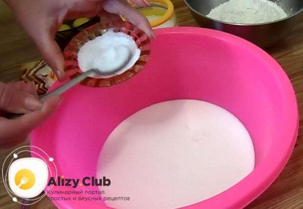 Тесто на заливной рыбный пирог готовится быстро.