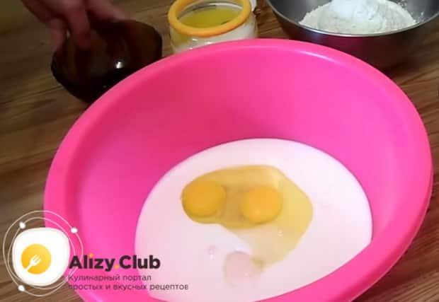 Смотрите как готовится тесто на наливной пирог с рыбными консервами