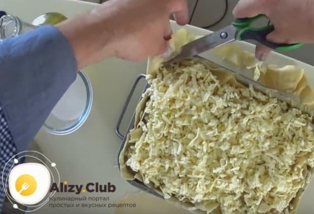 Обрезаем лишнее тесто, которое свисает с формы.