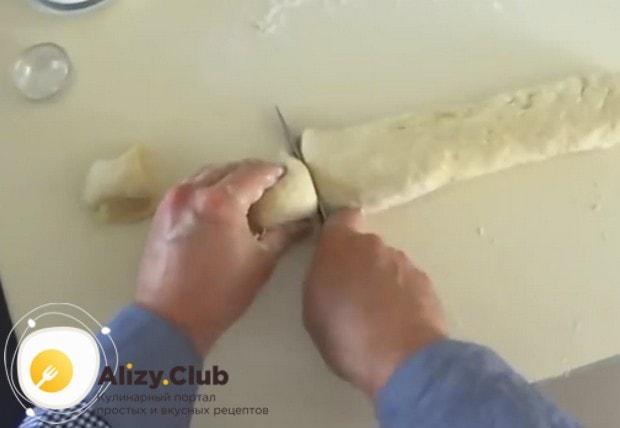Делаем из теста колбаску и режем ее на 9 одинаковых кусочков.