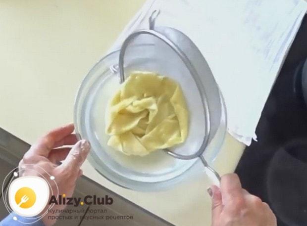 Быстро перекладываем готовое тесто из кипятка в холодную воду.