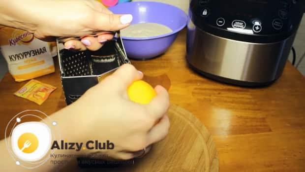 Для приготовления апельсинового пирога в мультиварке, натрите цедру.