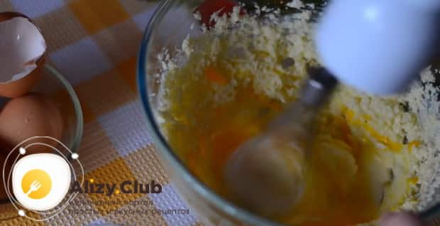 Для приготовления апельсинового пирога в духовке, добавьте яйца.