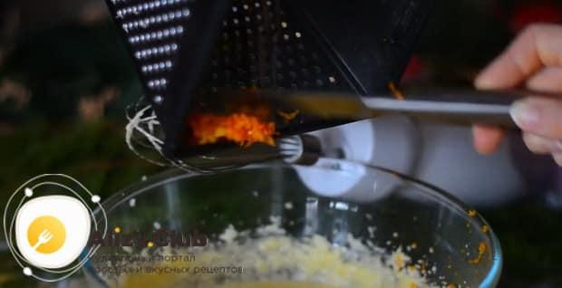 Для приготовления апельсинового пирога в духовке, натрите цедру апельсина.