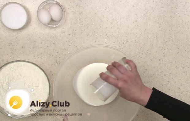 В большую миску мы влили 2 стакана кефира