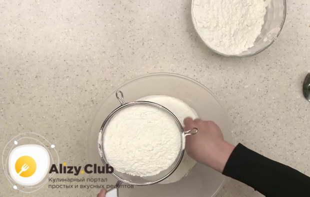 В кефирно-яичную смесь порционно просеяли через сито 1 кг пшеничной муки