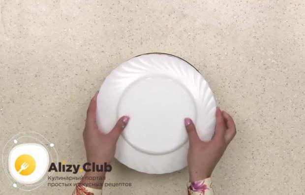 Накрыли миску пищевой пленкой