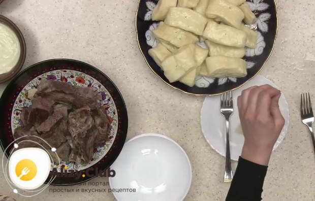 Готовый хинкал переложили в глубокое блюдо