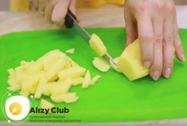 Чистим и нарезаем кусочками картофель.