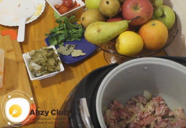 Затем к луку добавляем нарезанное кусочками мясо.