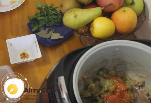 Выкладываем в чашу мультиварки помидоры, огурцы, добавляем томатную пасту.