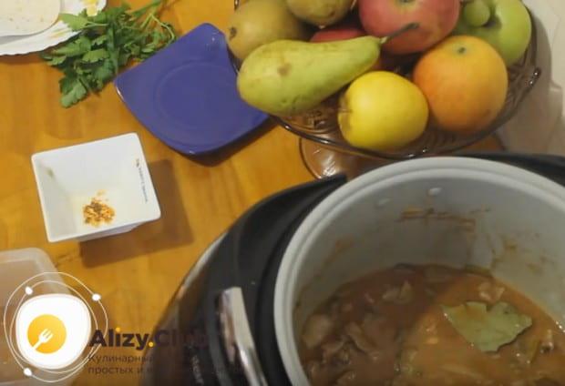 Заливаем компоненты блюда водой, добавляем лавровый лист.