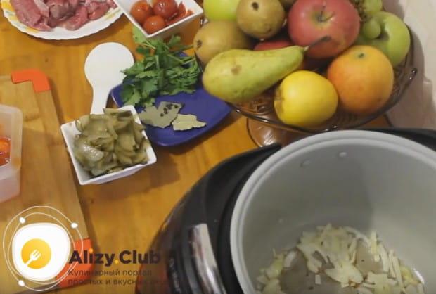 Если хотите приготовить азу из говядины в мультиварке, сначала обжарьте в чаше устройства мелко нарезанный лук.