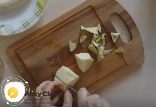 Яблоки очищаем от кожуры и сердцевины и режем на кусочки.