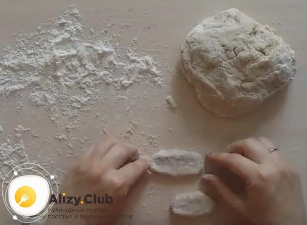 Печенье формируем либо руками, либо при помощи формочек.