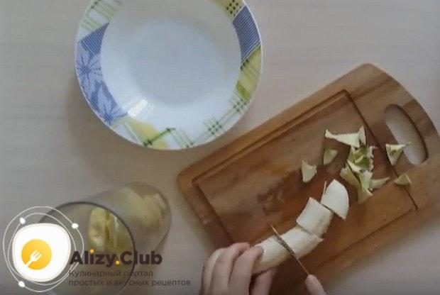 Нарезаем очищенный банан и тоже отправляем его в блендер к яблоку.
